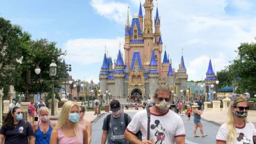 DISNEY WORLD BAN VISITORS FROM EATING AND DRINKING WHILE WALKING